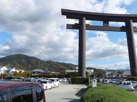 奈良県桜井市鎮座大神神社の大鳥居。後背は神体山三輪山(2011.12.4)