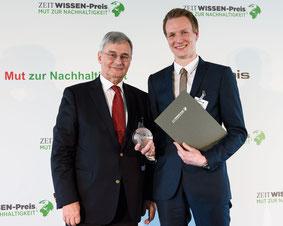 Juror Klaus-Peter Beck (links im Bild), Vorsitzender des Kuratoriums der ASKO EUROPA-STIFTUNG, überreicht Johannes Ehrnsperger (rechts im Bild) von der Neumarkter Lammsbräu den ZEIT WISSEN-Preis 'Mut zu Nachhaltigkeit' in der Kategorie HANDELN. © Phil Der
