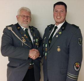 Hans-Hermann Sänger (links) gratuliert Marcel Engwer zur Wahl des Vorsitzenden der Hasselkling-Vereinigung.
