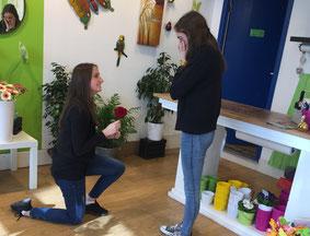 Julia und Nadja stellen die wohl bekannteste Szene der Kuppelshow nach: das Überreichen der Rose.