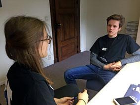 Online-Redakteurin Anissa Legros im Interview mit dem Chefredakteur Hagen Weigel