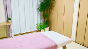 大分別府頭痛専門ここまろ調整院の頭痛整体施術室です。完全予約制の個室となります。