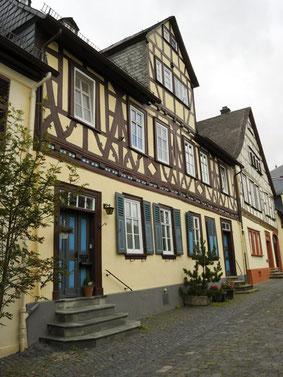 In der Pfarrgasse in Weilburg hat 2016 das Märchenhaus eröffnet (CC BY-SA 4.0 File:Weilburg (DerHexer) WLMMH 52378 2011-09-19 01.jpg)