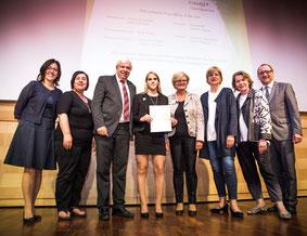 Als Vertreterinnen der Gaumenfreude GmbH konnten Vanessa Eigenbauer und Prof.  Erika Zeh das ÜFA-Zertifikat u.a. von LSR-Präsidenten Mag. Johann Heuras und Landesrätin Mag. Barbara Schwarz entgegennehmen.