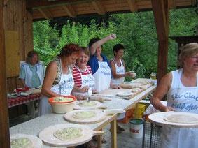 Das Backteam bereitet den Brotkuchen mit Zwiebeln vor