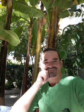 """Getarnt im grünen Shirt unter Palmen im Garten meiner Unterkunft in Nizza - mit einem """"Breitmaulfröschengrinsen"""" im Gesicht... :-))))"""