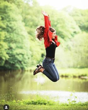 adolescente heureuse grâce à l'hypnose