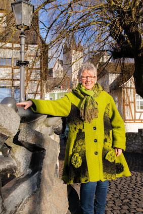 Annette Wick auf der alten Lahnbrücke.