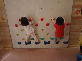 ボルタリングをする二人の子ども