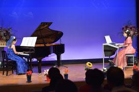 発表会におけるピアノとエレクトーンのアンサンブルの様子。