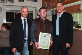 Hermann Mayer wird zum Ehrenmitglied ernannt (v.r.l. Bürgermeister Dr. Gunter Bühler, Hermann Mayer, 1. Vorstand Peter Altrichter)