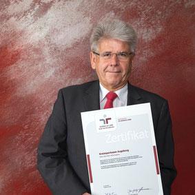 Richard Fank, Vorstandsvorsitzender der Kreissparkasse Augsburg, mit dem Zertifikat zum audit berufundfamilie. Bildrechte: Thomas Baumgartner / Kreissparkasse Augsburg