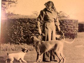 die Lady des Hauses mit ihren Lieblings-Hunden