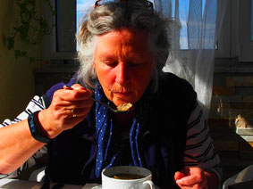 Janni probiert eine steierische Leberknödelsuppe