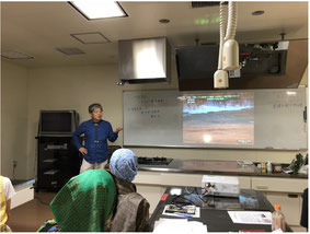 講義中の堀田先生の写真