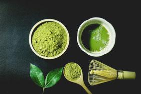 Teeschale und Teepulver mit grünem Tee