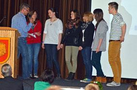 Jürgen Hansen (li.) spricht mit den Schülern über ihre Erfahrungen mit dem Projekt – Foto: JPH