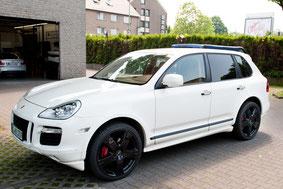 Porsche Cayenne Turbo mit Alpine Navigation und Playstation aussenansicht