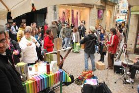 stand café crêpes jonquilles et musique sur le marché de figeac