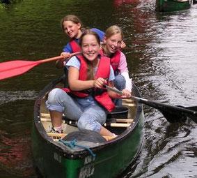 Mädchen bei Kleiner Huntefahrt mit dem Kanu