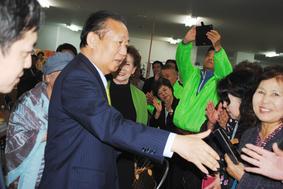 中山氏の選対事務所を訪れ、支持者と握手する自民党の二階幹事長=8日午後