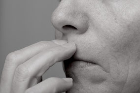 Zu sehen ist eine Person, die mit ihren Fingern Akupunkturpunkte ihres Körpers beklopft