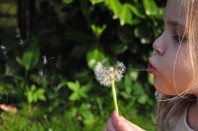 Mädchen und Jungs profitieren von Helfern der Natur
