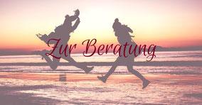 Zwei Frauen am Strand, die Freudensprünge machen