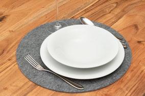 Rob&Raf Tischset Platzset aus Polyester Filz in Grau, Rund auf Holz Tisch mit Besteck und Geschirr
