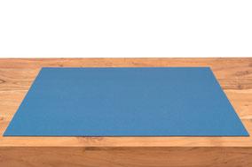 Rob&Raf Schreibunterlage aus Wollfilz in Mittelblau Hellblau auf Holz Tisch