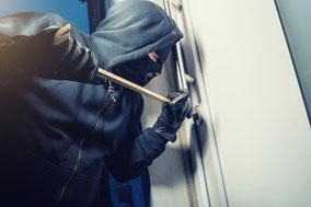 Einbrecher hebelt Tür auf, fotolia