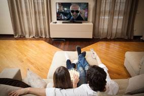 Paar auf Sofa vor Fernseher, fotolia