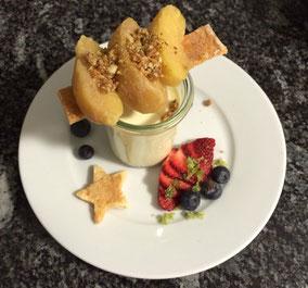 Panna cotta, karamellisierte Äpfel, Haselnusskrokant, frische Früchte