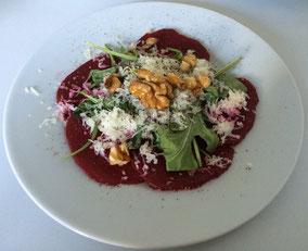 Randencarpaccio, Rucola, Ziegenkäse, karamelisierte Baumnüse