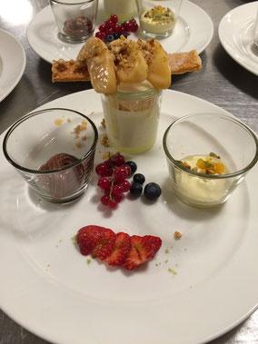 Panna cotta, karamellisierte Äpfel, Haselnusskrokant, frische Früchte, Mousse au Chocolat, Mousse au Mangue