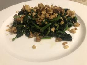 Espinacas con crumble de dátil y frutos secos