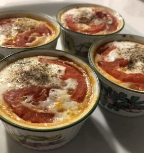 Huevos en cocotte con jamón, queso y tomate