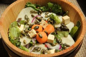 Ensalada de melón, peras, queso y pipas de calabaza