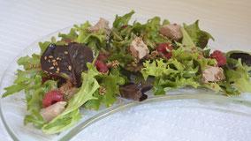 Ensalada de brotes con frambuesas y foie