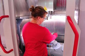 Unsere Mitarbeiter werden vielfältig eingesetzt. Hier an einer CNC-Maschine.