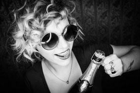 Saskia Bos feiert mit Champagner
