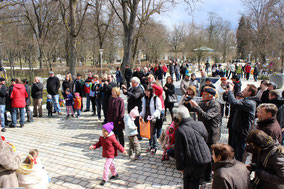 viele Personen vor der Wandelhalle