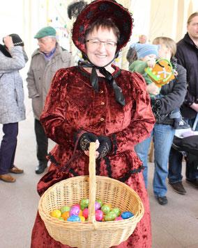 Frau mit Eiergefüllten Korb