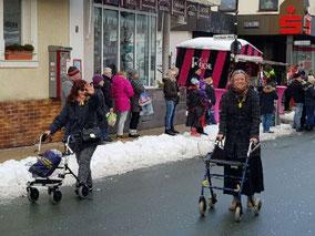 zwei alte Frauen mit Rollator