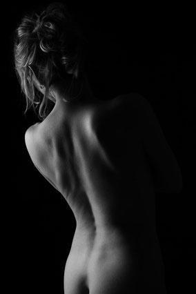 Photo couleur nu artistique femme brune de profil