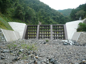 透過型砂防堰堤の写真