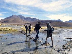 Image de 4 cordialistes traversant un cours d'eau les uns derrières les autres.