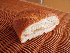 全粒粉パンのハム・チーズサンド