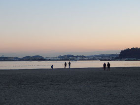 海の公園の夕暮れ時
