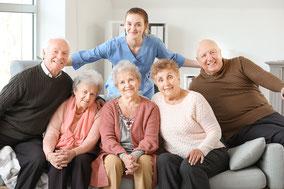 Fröhliche Senioren-Gruppe mit Pflegefachkraft - Senioren Wohngruppen Bassum Sulingen